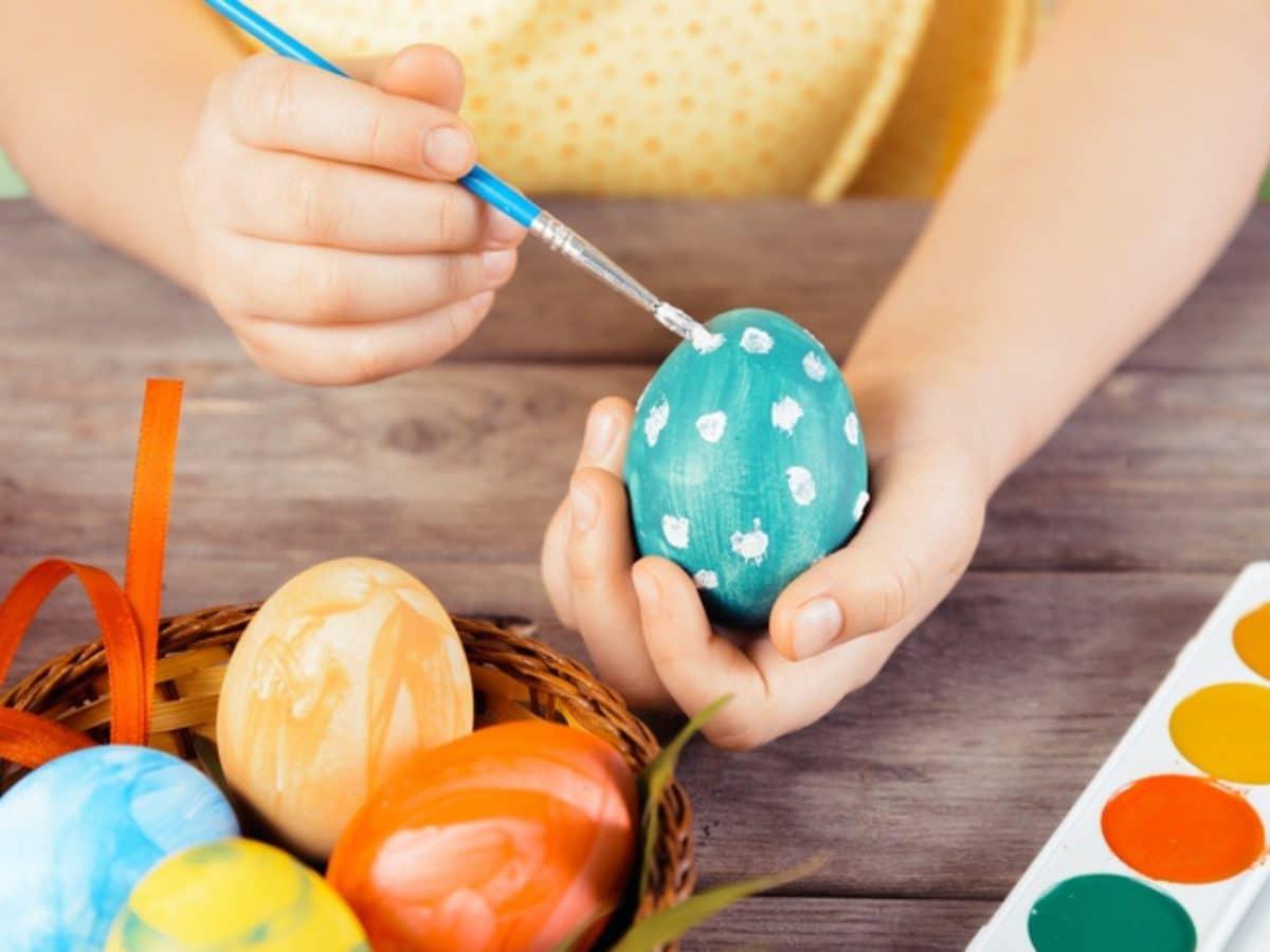 Una tradición en familia puede ser decorar huevos de Pascua.