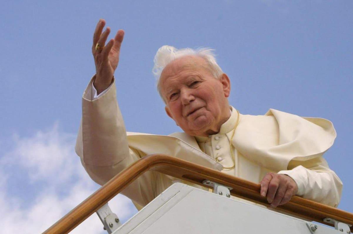 San Juan Pablo II, quien fue conocido como el Papa viajero.