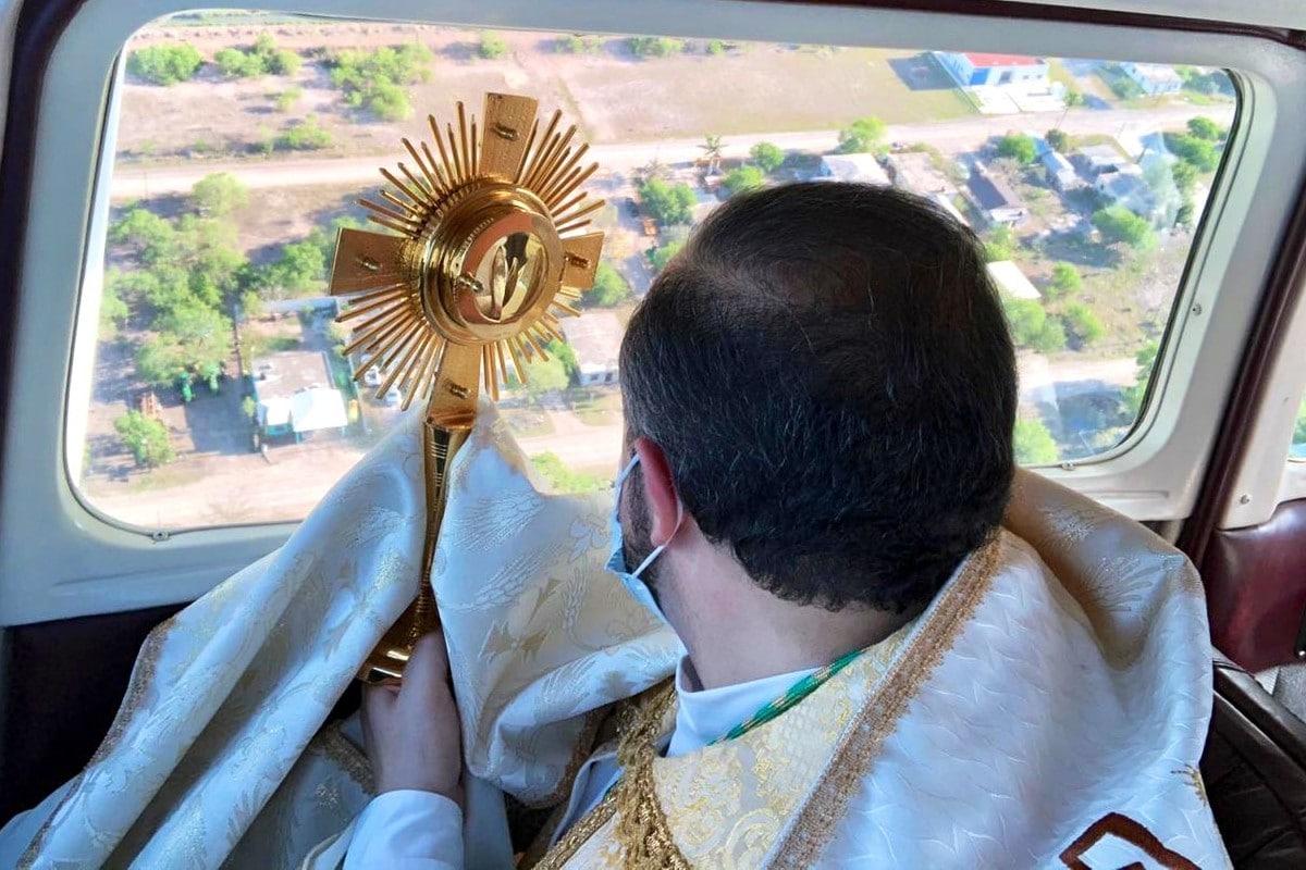 Monseñor Eugenio Lira, a bordo de la avioneta. Foto: Twitter @MonsLira