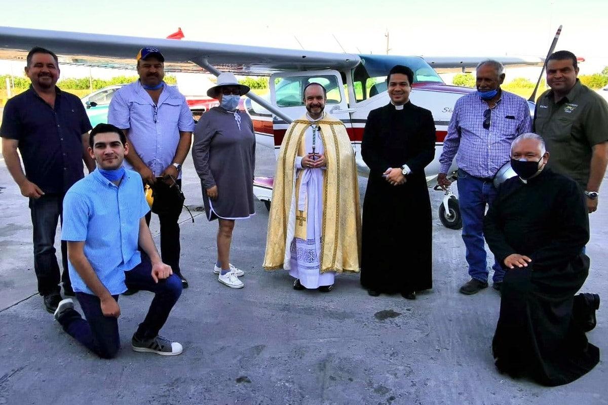 Monseñor Lira con fieles de su comunidad. Foto: Twitter @MonsLira