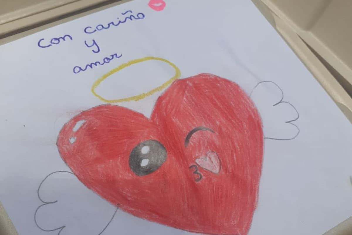 Mensajes de niños acompañan la comida que se reparte a pequeños situación vulnerable en la Parroquia de la Soledad. Foto: Saciando al Pobre A.C.