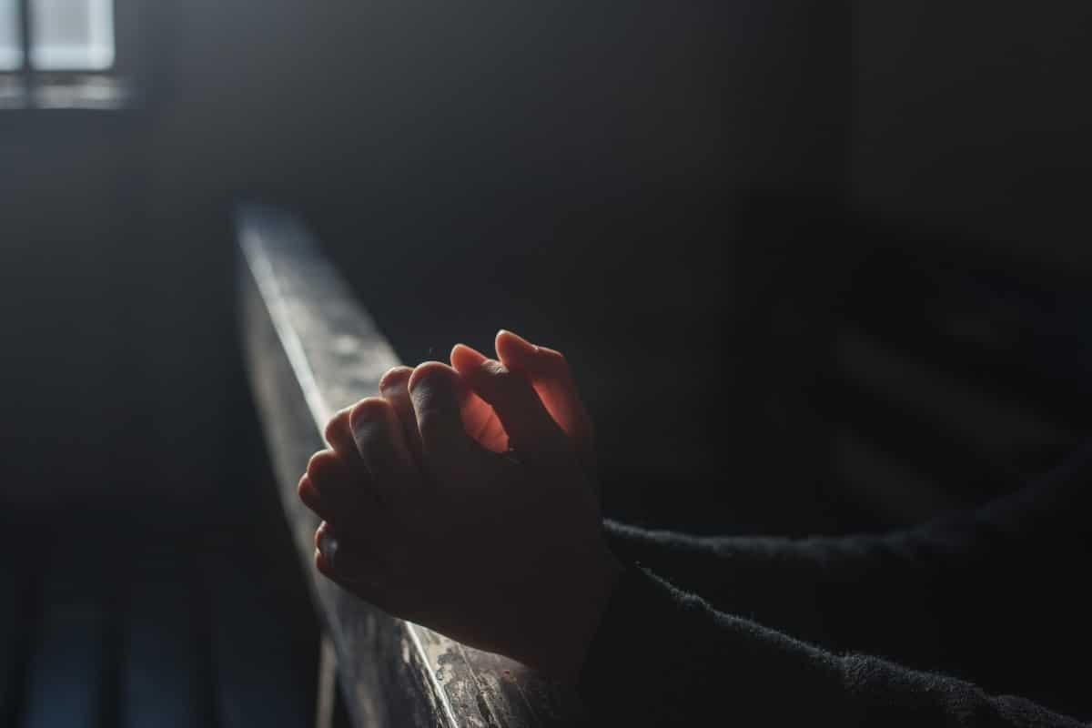 Orar por los enfermos. Foto Cathopic.