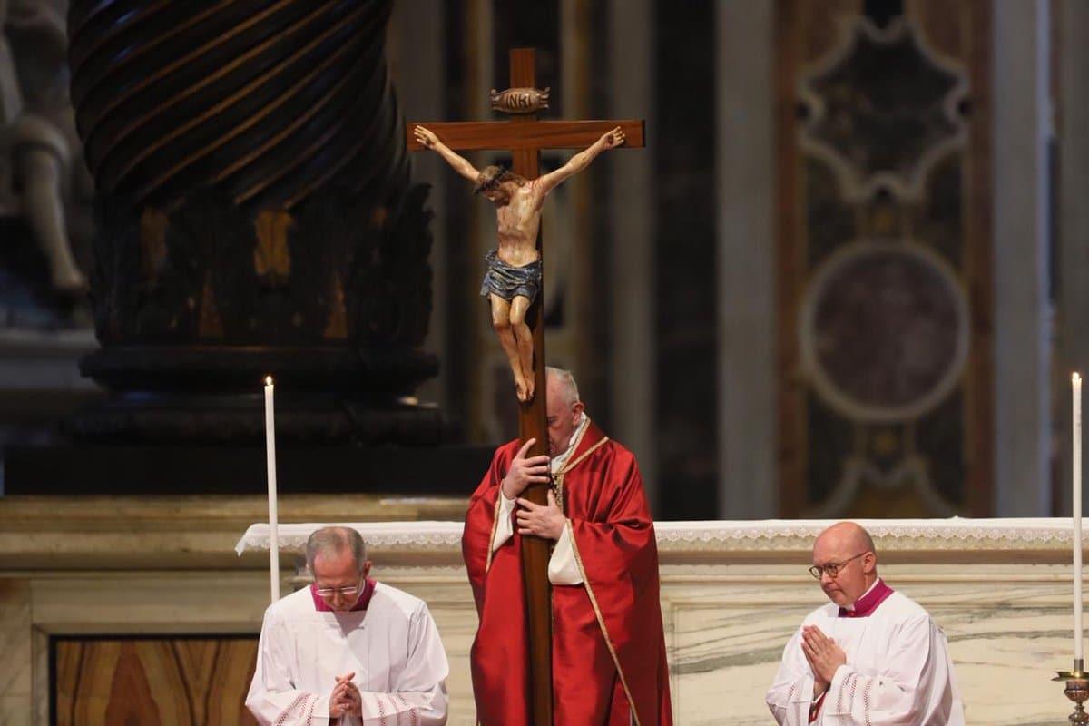 El Papa Francisco durante la Adoración de la Cruz. Foto: María Langarica/Zenit