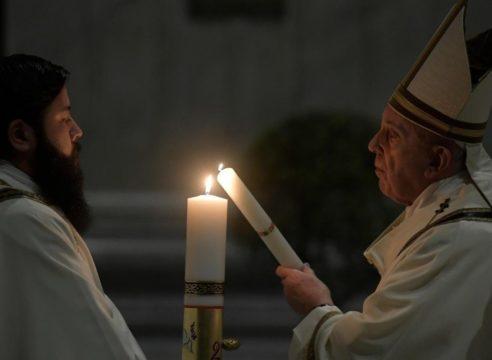 Él es Orlando Porta, el diácono mexicano que asiste al Papa Francisco