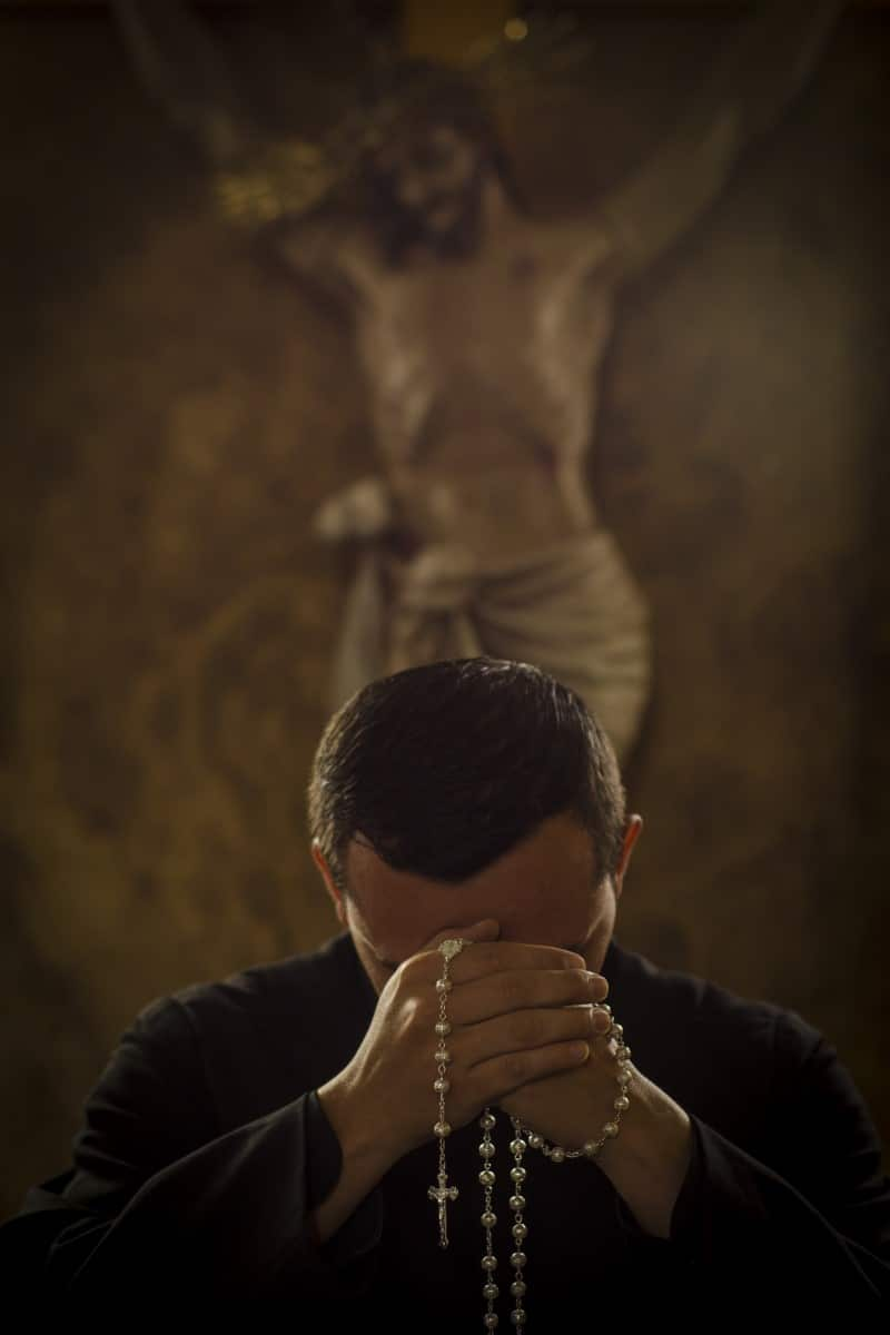 Los sacerdotes también pueden presentar problemas emocionales ocasionados por la pandemia de coronavirus. Foto Cathopic.