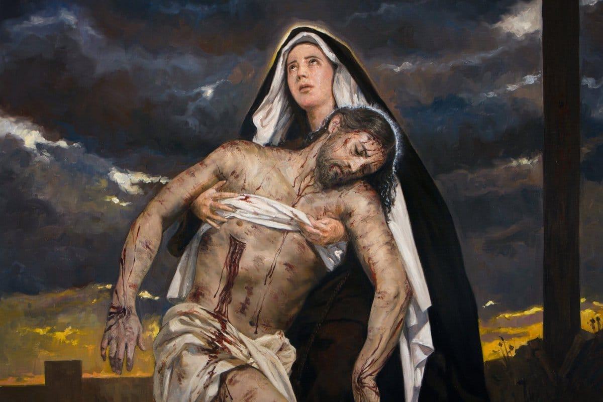 Jesús es bajado de la cruz y entregado e su madre en la XIII estación del Viacrucis.