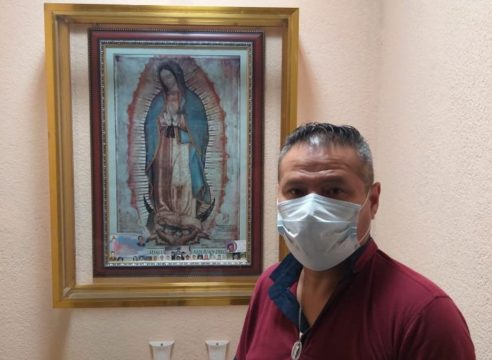 """""""Me encomiendo a la Guadalupana"""": camillero de pacientes COVID-19"""