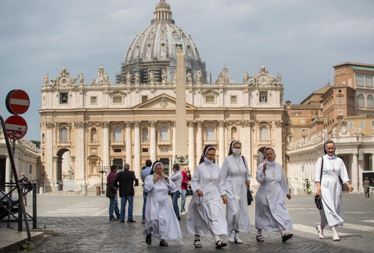La Plaza de San Pedro el primer día que se permiten Misas presenciales en Italia, tras las medidas restrictivas por coronavirus COVID-19. Foto: Pablo Esparza