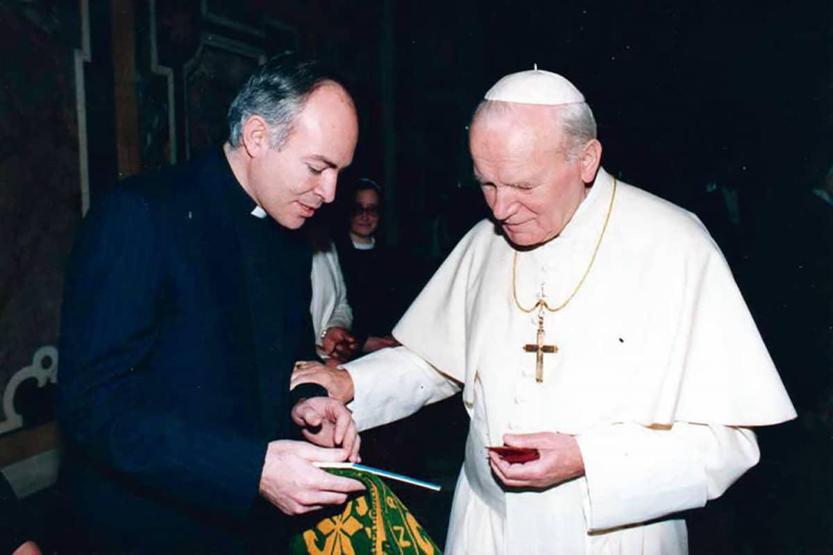 Carlos Aguiar Retes con Juan Pablo II en enero de 1992. Foto: contextoslapalabra.com