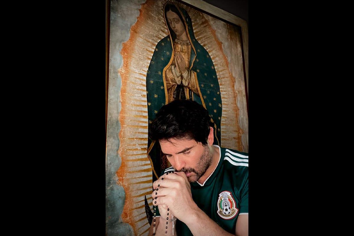 Eduardo Verástegui reza a diario el Rosario a las 13:00 horas en sus redes sociales. Foto: Cortesía.
