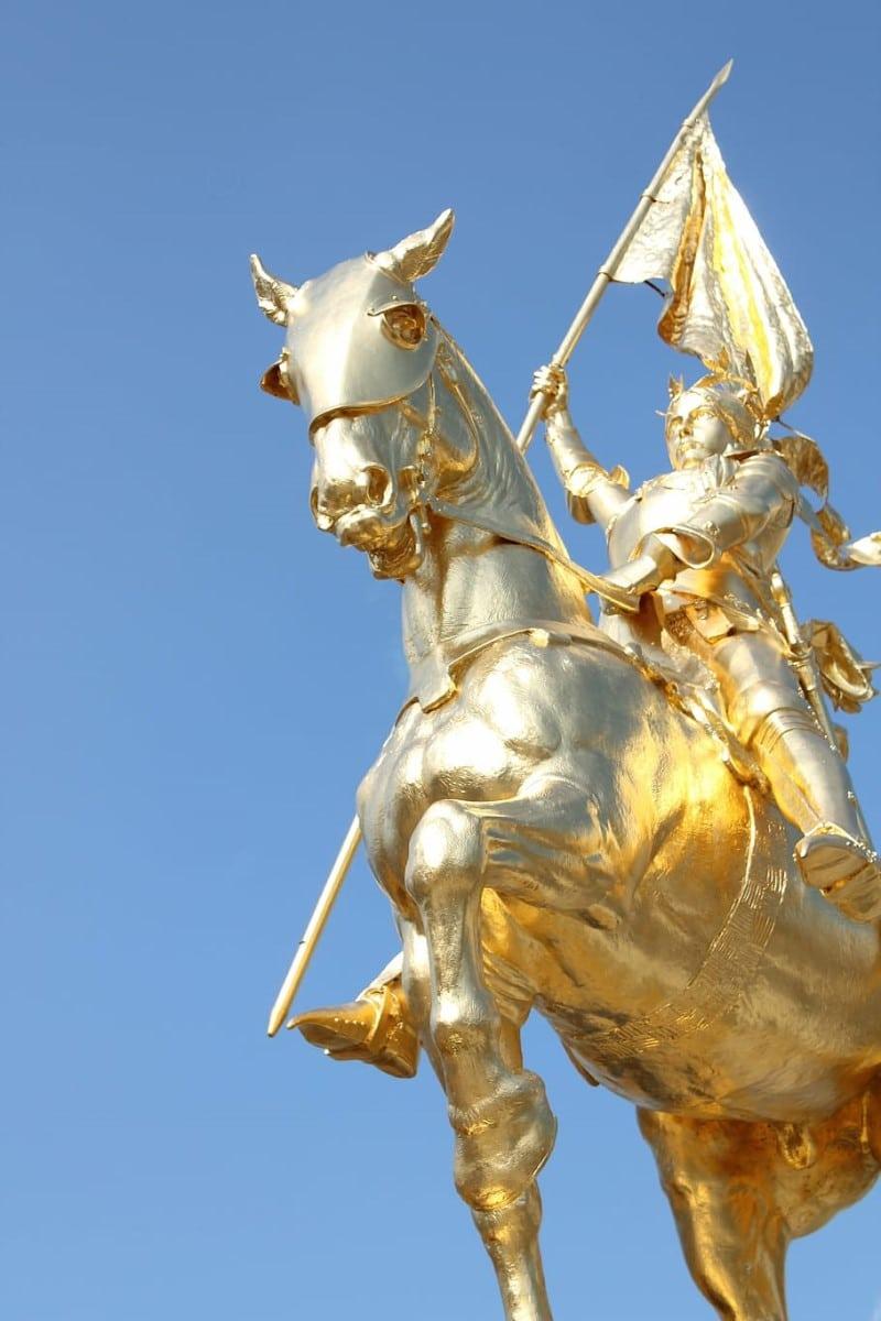Frente al Museo del Louvre, está la estatua de Juana de Arco a caballo. Foto: Pxfuel