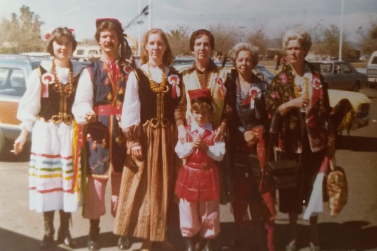 La familia Rattinger en trajes regionales polacos para recibir al Papa Juan Pablo II en Guadalajara, 1979. Foto: Andrzej Rattinger/Cortesía.