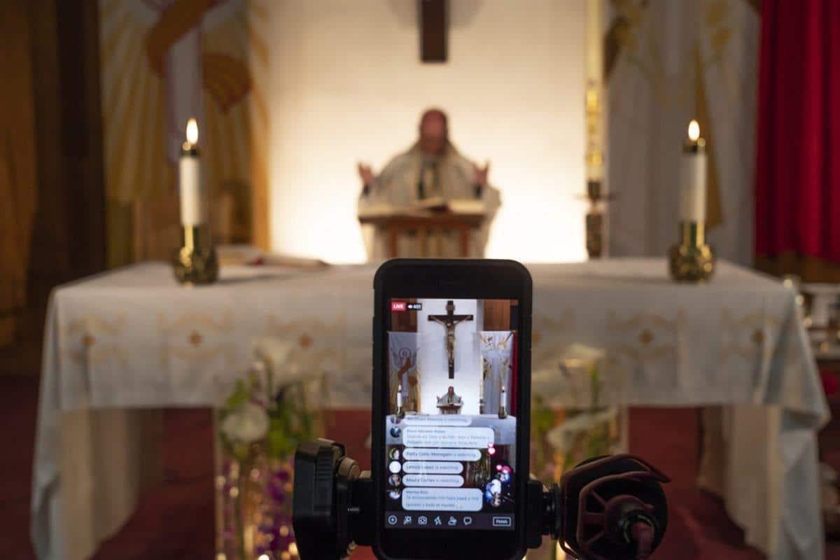 Transmisión de una Misa por internet. Foto: AP
