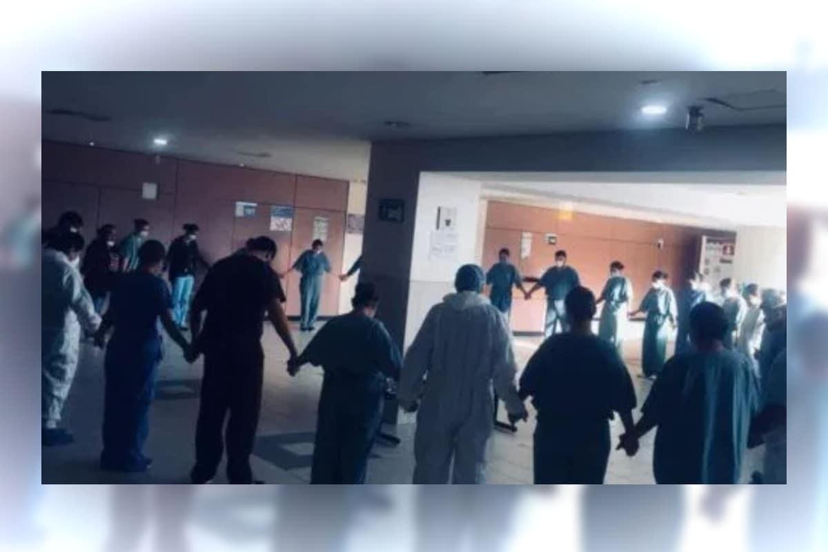 Oración en un hospital en Tijuana. Foto: Twitter