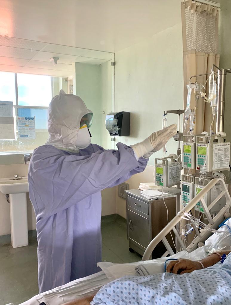P. José Luis González Santoscoy administrando la Unción de Enfermos