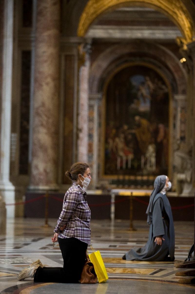 Feligresas oran de rodillas al interior de la Basílica de San Pedro. Foto: Pablo Esparza