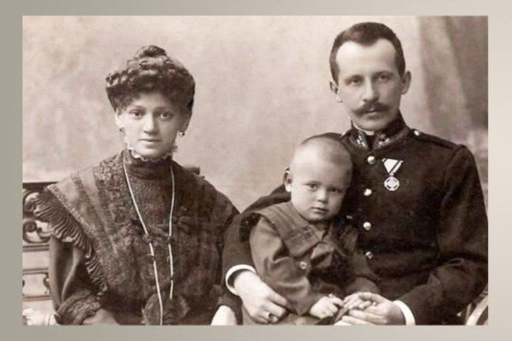 Los siervos de Dios Emilia y Karol Wojtyla, con su hijo Karol.