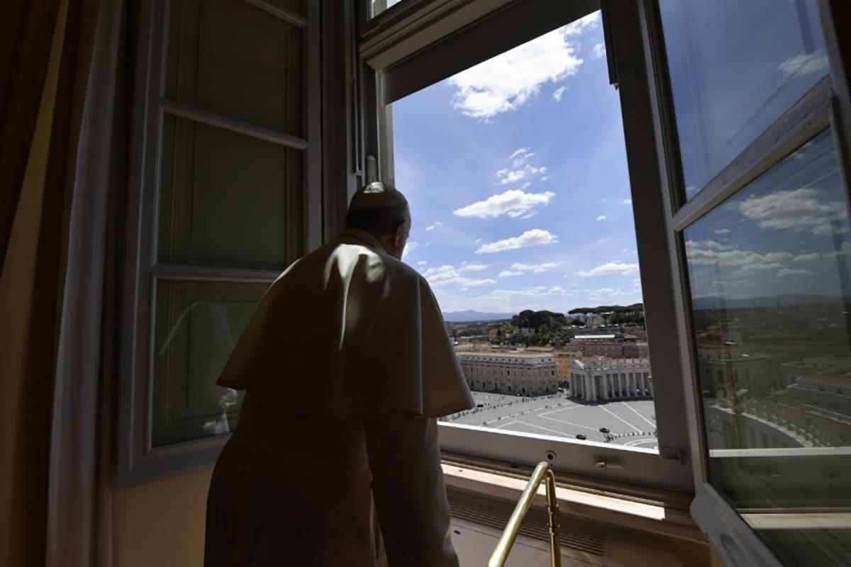 El Papa Francisco luego del Regina Coeli del 3 de mayo. Foto: Vatican Media.