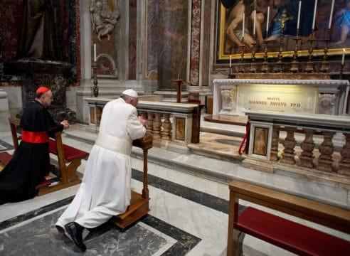 Papa Francisco: La oración es encender una luz en la noche