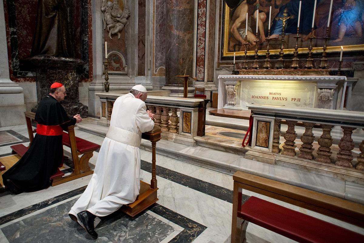 El Papa Francisco reza ante la tumba de san Juan Pablo II en 2013. Foto: Vatican News