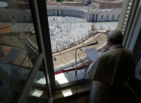 Papa en el Regina Coeli: Las personas antes que la economía