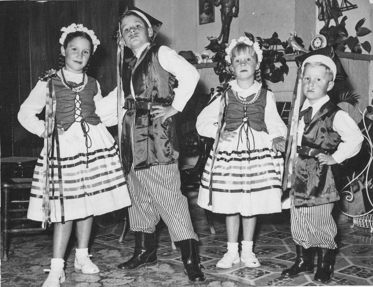 Los hijos de Władysław Rattinger practicando un baile regional polaco. Foto: Andrzej Rattinger/Cortesía.
