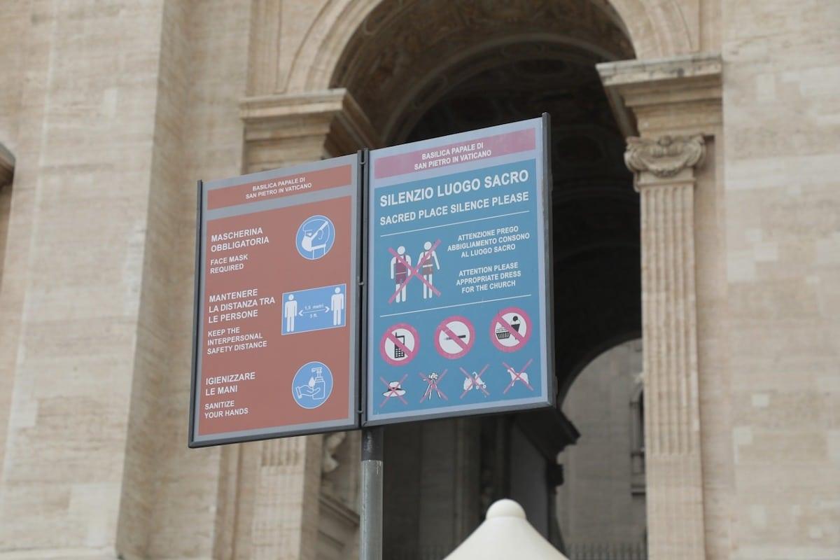 En el exterior de los templos han sido colocados letreros que explican las medidas sanitarias para evitar la propagación de coronavirus COVID-19. Foto: Pablo Esparza