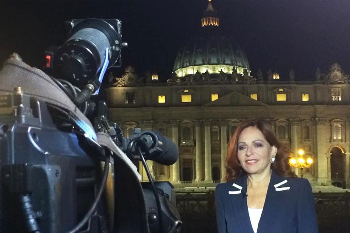 Valentina Alazraki, en una transmisión en El Vaticano.