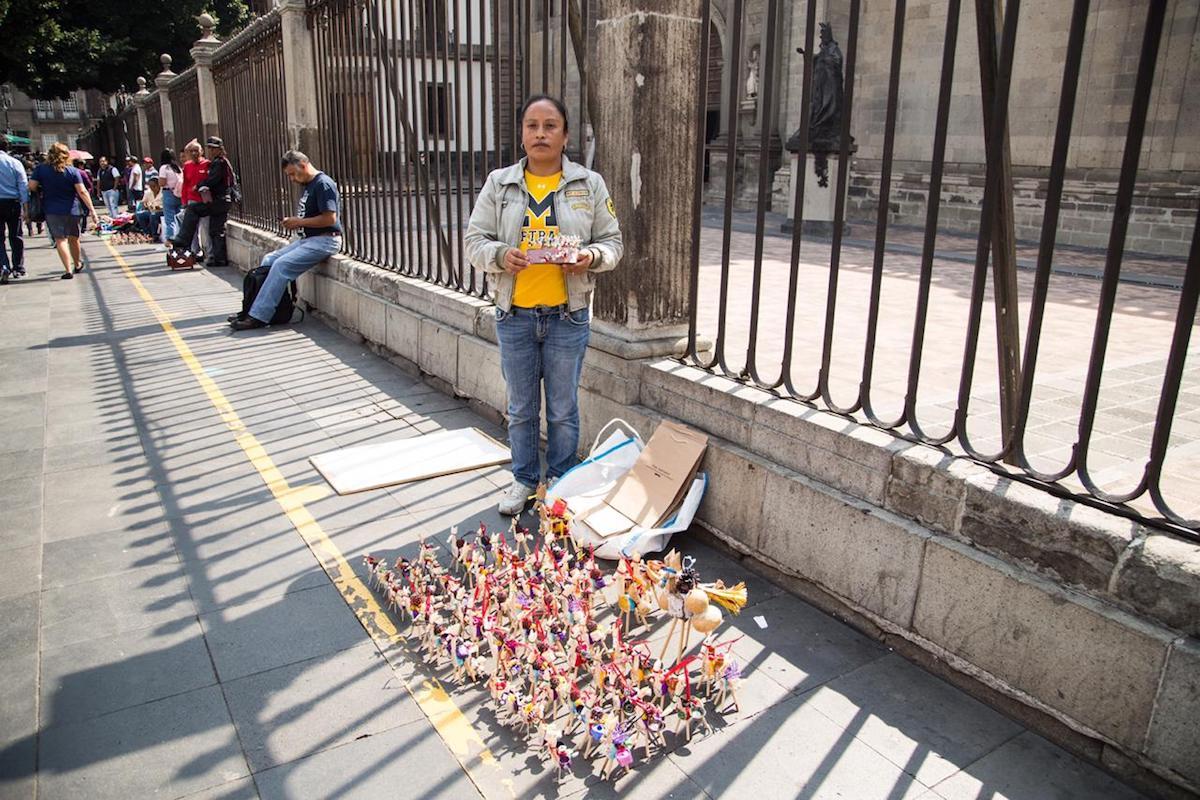 Es común encontrar artesanos vendiendo mulas decorativas en las afueras de la Catedral Metropolitana. Foto: María Langarica