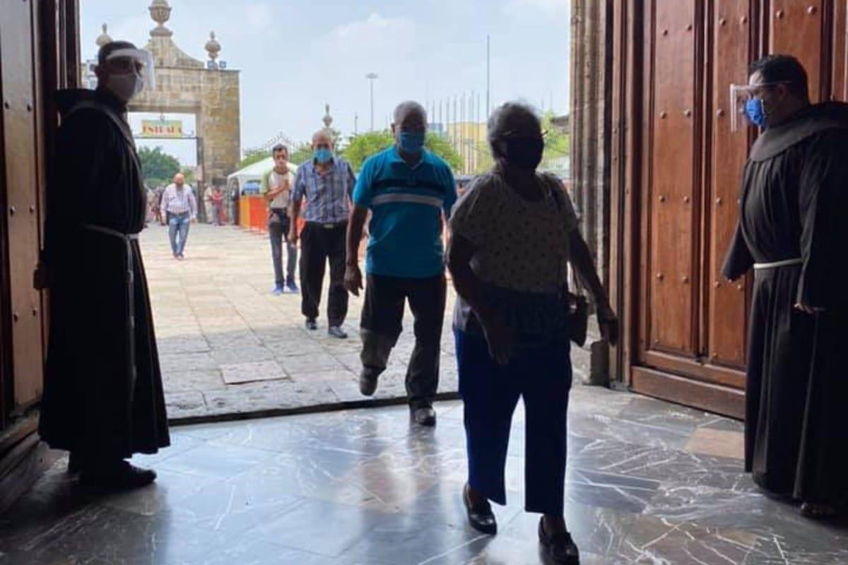 Los primeros fieles ingresan a la Basílica. Foto: Facebook Basílica de Zapopan.