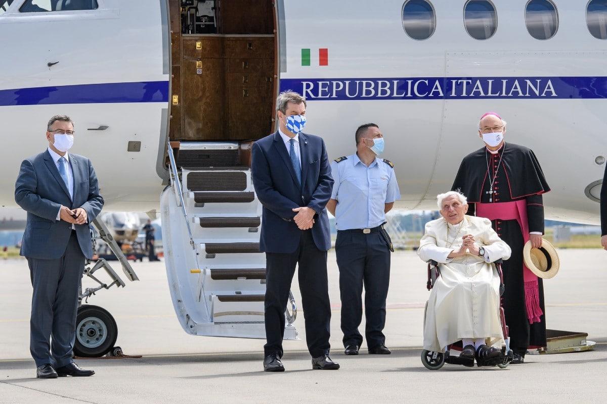 El Papa Emérito volvió a Roma este lunes. Foto: Twitter @Markus_Soeder