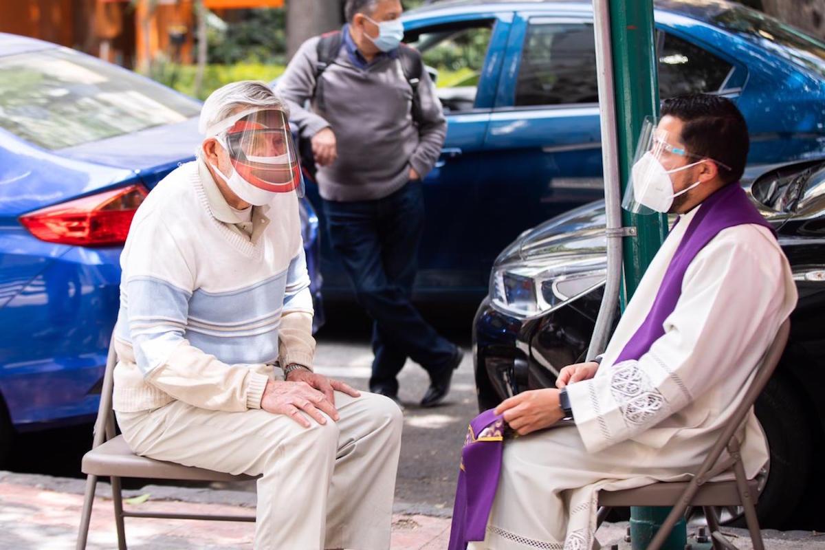 Confesión con medidas sanitarias para prevenir contagios de Covid-19. Foto: María Langarica