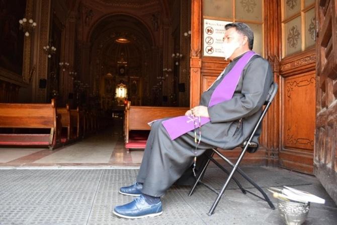 Sacerdote confesando en tiempos de COVID-19