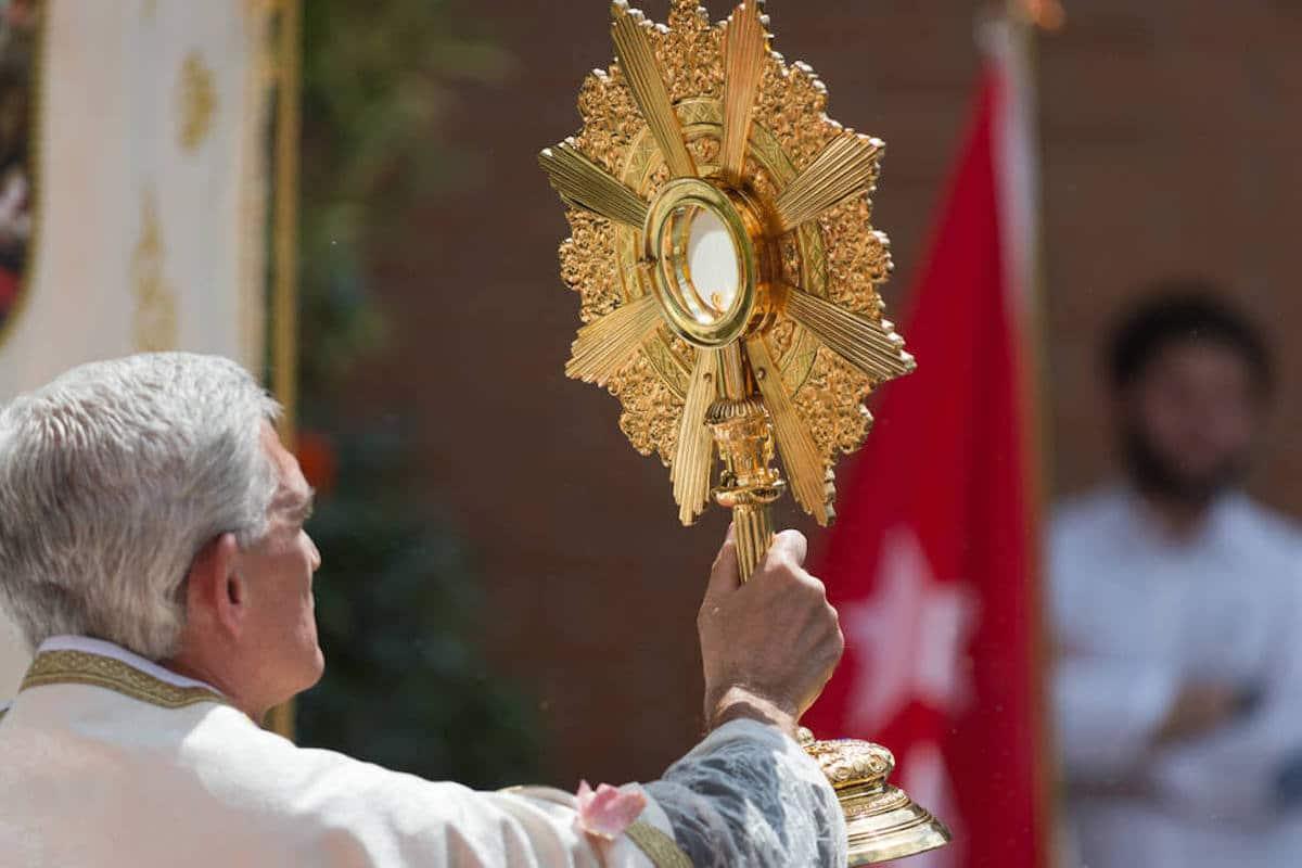 Con la expresión latina Corpus Christi, la iglesia alude al Cuerpo de Cristo presente en el Santísimo.