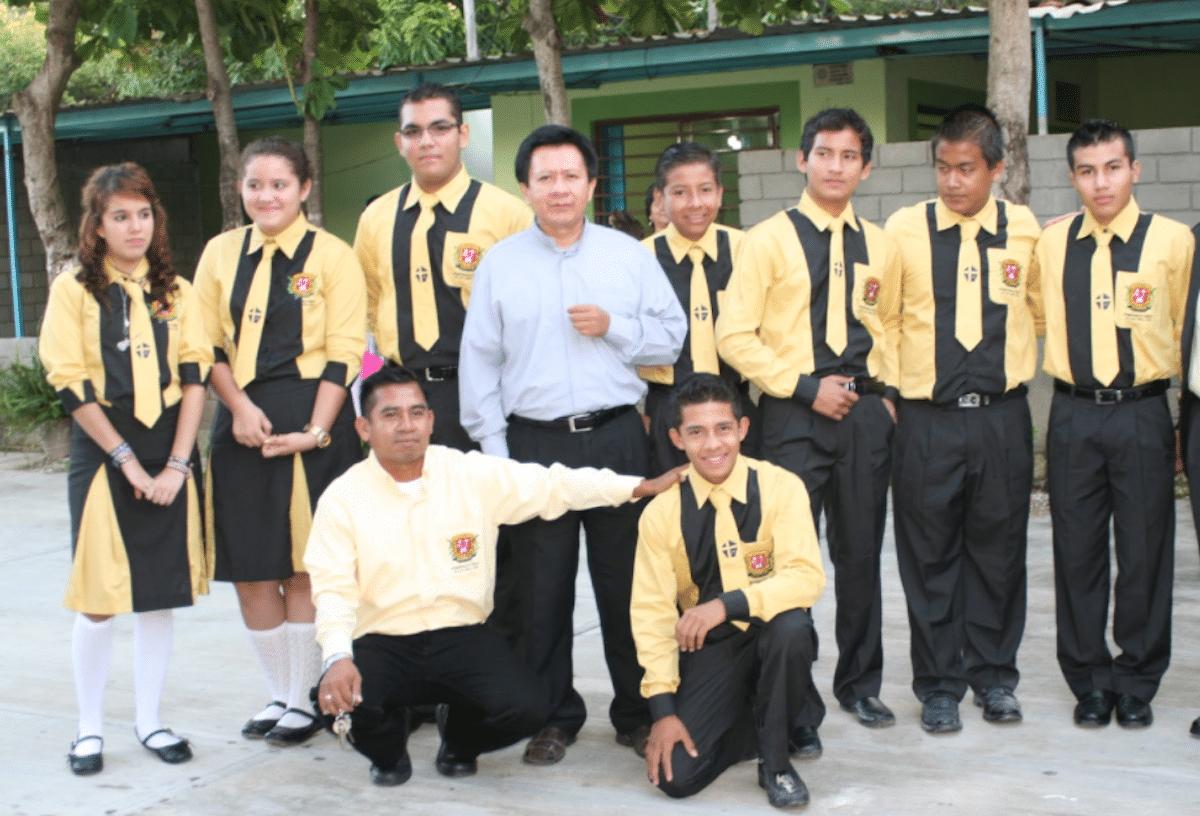 Mons. Guadalupe Ruíz, con estudiantes de la Universidad Católica de Chiapas