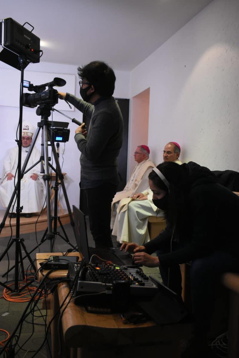 Detrás de cámaras de la Misa de los Obispos. Foto: Ricardo Sánchez.