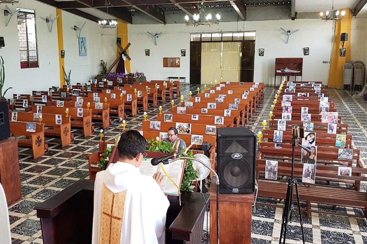 Párroco de El Salvador, preside Misa de Corpus con fotos de sus feligreses. Cortesía Parroquia Nuestra Señora de la Asunción