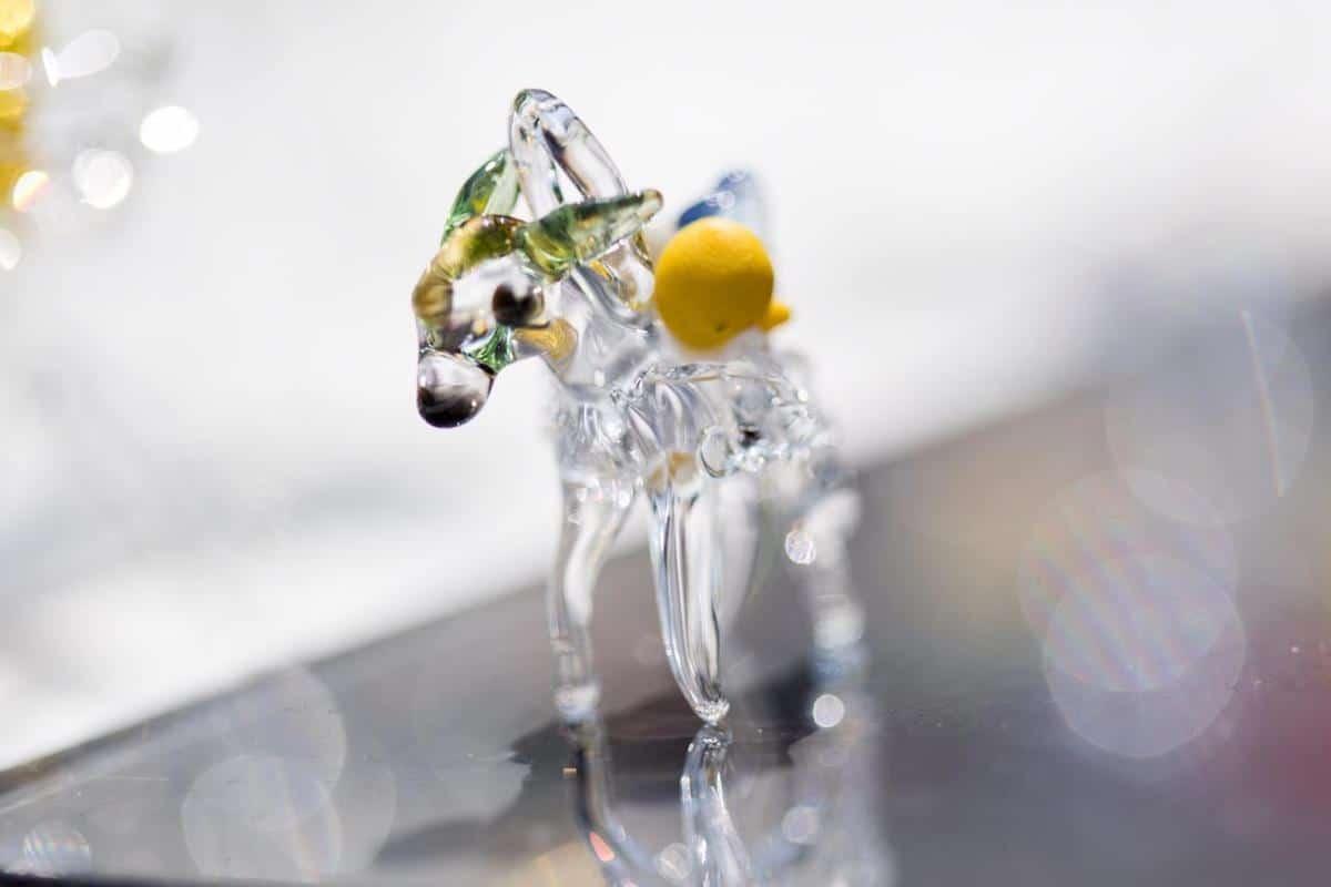 Detalle de una mula artesanal hecha de cristal. Foto: María Langarica