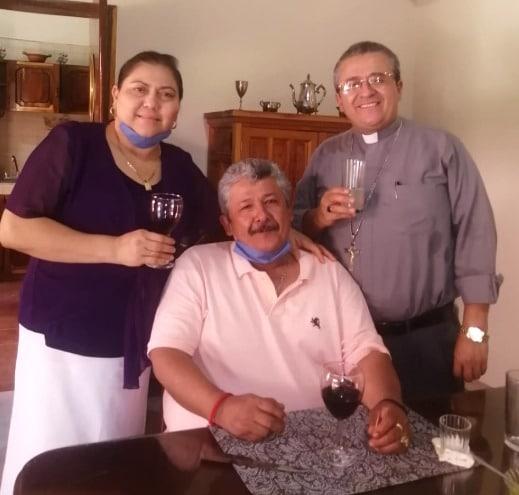 Don Joel, con su hermano Olegario y su cuñada Noelia.