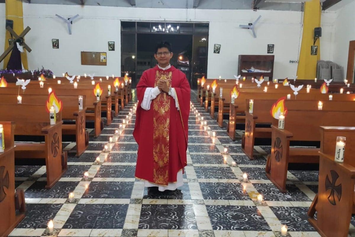 El presbítero Cristóbal, en la fiesta de Pentecostés. Foto: Parroquia Nuestra Señora de la Asunción, Mejicanos/Cortesía