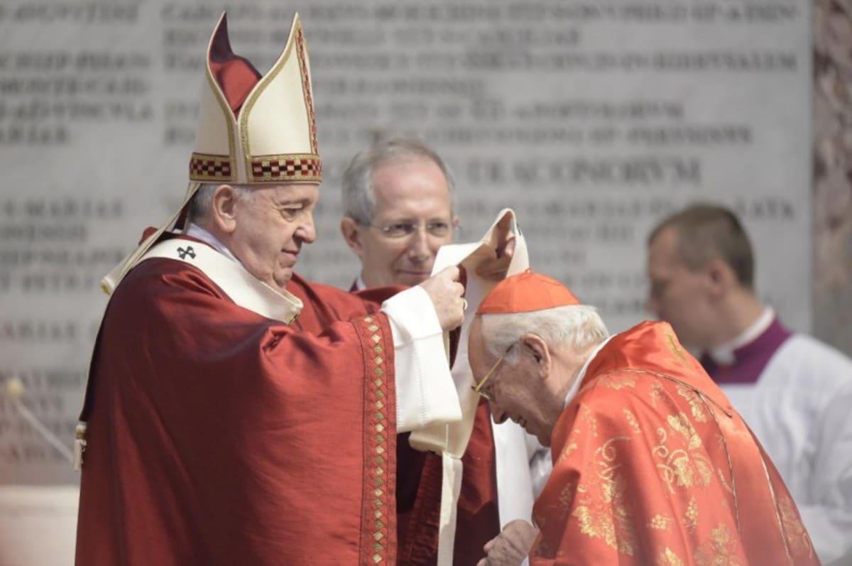Como es tradición, el Santo Padre bendijo los palios arzobispales.