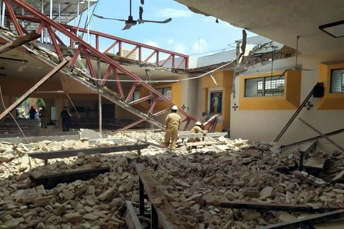 Derrumbe del techo en la parroquia de Corpus Christi, en Guadalajara. Foto: Protección Civil de Zapopan.