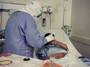 Sacerdotes imparten Primera Comunión a paciente con COVID-19