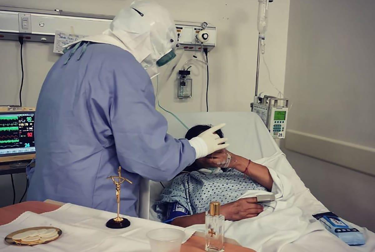 El padre José Luis González Santoscoy imparte la Primera Comunión en el Hospital Zoquipan, en Jalisco. Foto: P. González S/Cortesía.