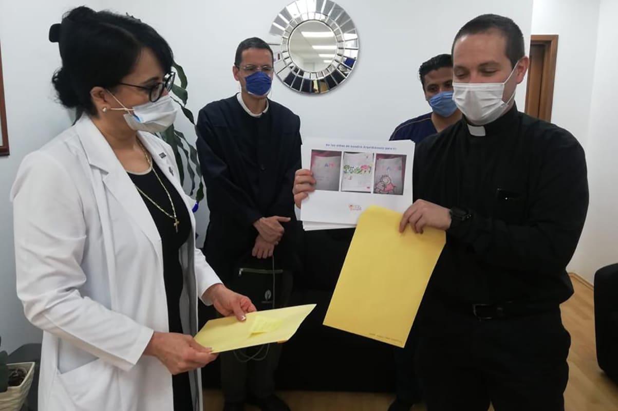 El padre Andrés Esteban con Guadalupe Mercedes Lucía Guerrero Avendaño, directora del Hospital General de México.
