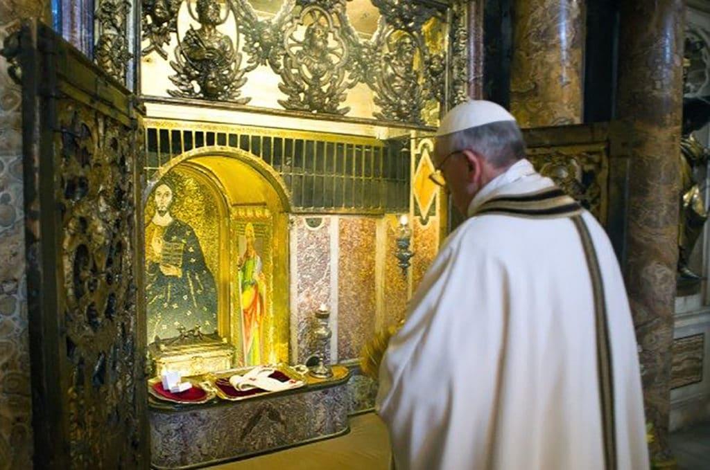 El Papa Francisco ante la tumba de san Pedro en el Vaticano. Foto: Vatican News.