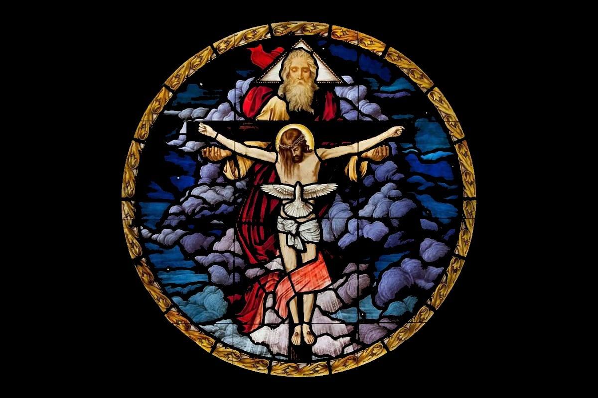 Vitral de la Santísima Trinidad de la Parroquia de la Anunciación en Santander, España. Foto Parroquia de la Anunciación/Facebook