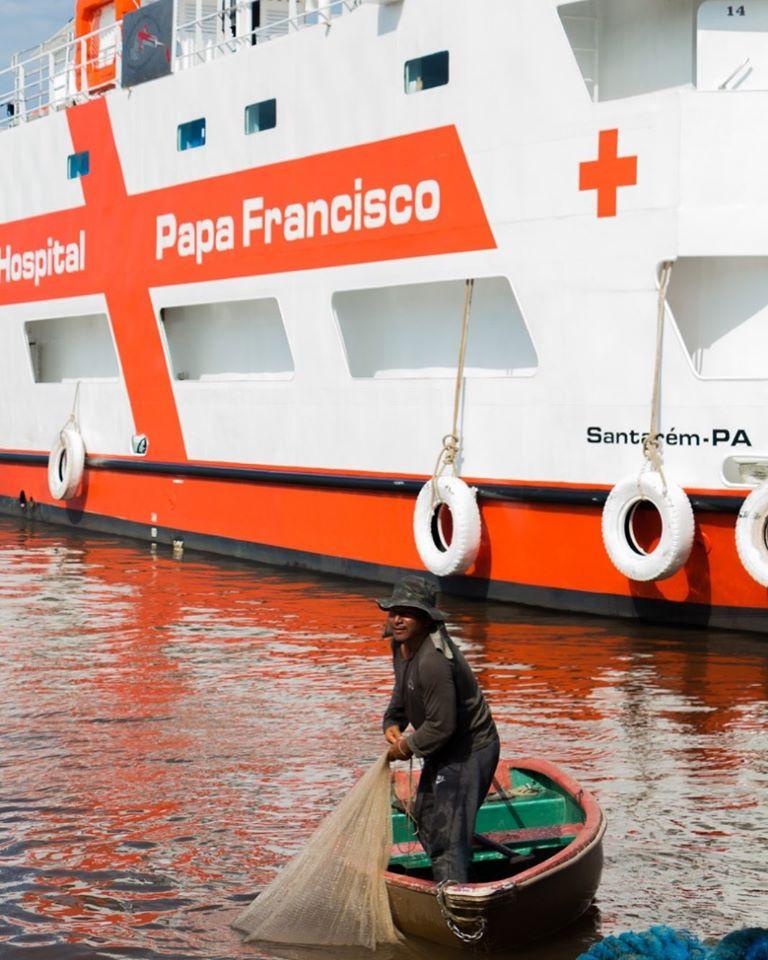 Este barco hospital puede llegar a las zonas de difícil acceso.
