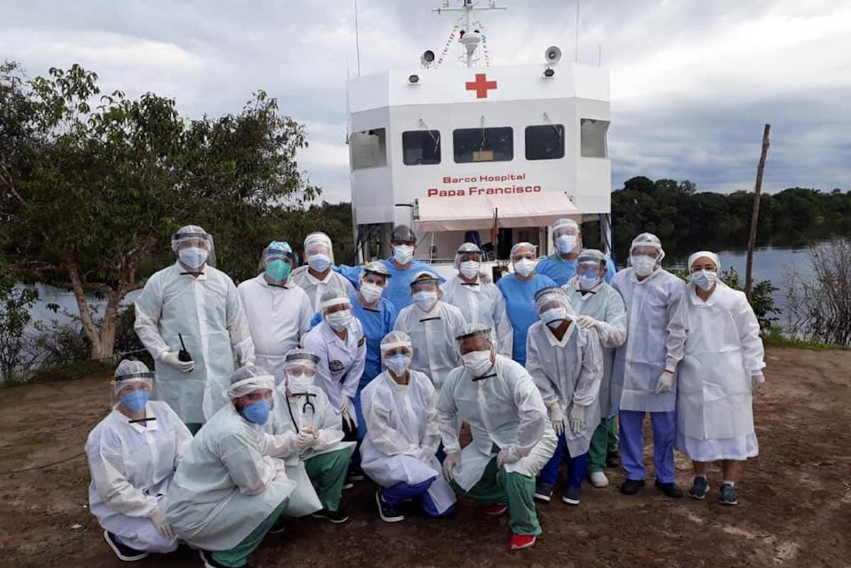 El barco hospital Papa Francisco atiende a pacientes COVID-19 a lo largo de la Amazonia. Foto: Facebook/Fray Joel Sousa