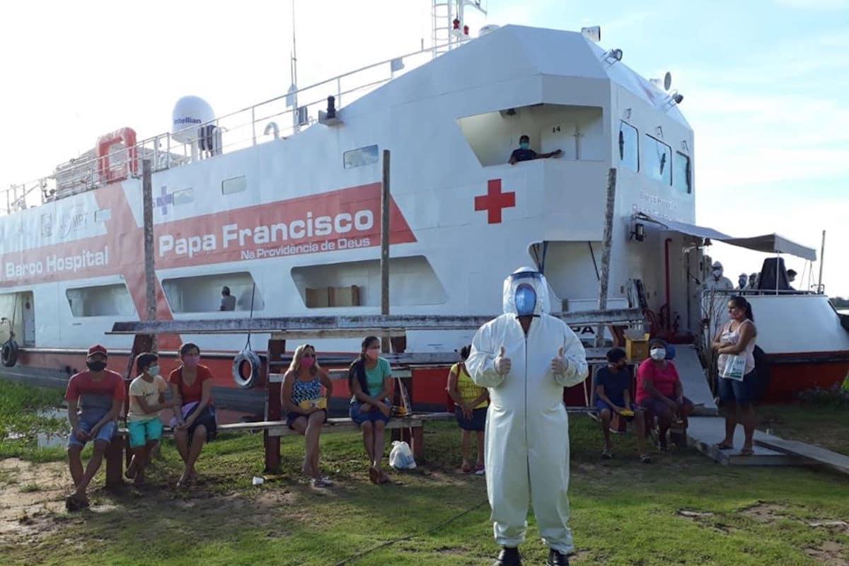 Este hospital móvil atiende a los más necesitados durante la pandemia de COVID-19.